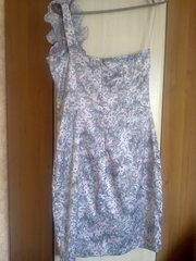 Атласное платье б/у в цветочный орнамент