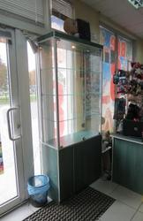 Продам торговое оборудование - стеклянный шкаф б/у в хорошем состоянии